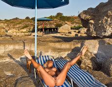 La tatuada Ashley Bulgari tomando el sol desnuda (16)