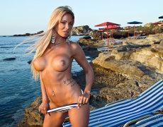La tatuada Ashley Bulgari tomando el sol desnuda (4)