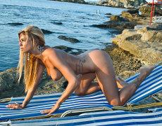 La tatuada Ashley Bulgari tomando el sol desnuda (5)