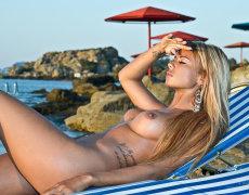 La tatuada Ashley Bulgari tomando el sol desnuda (6)