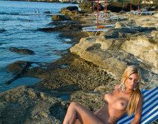 La tatuada Ashley Bulgari tomando el sol desnuda (7)