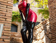La tetona Susan Wayland en latex rojo (2)