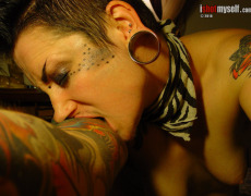 Lashes tatuada peluda en I Shot Myself (14)