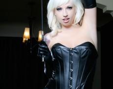 Lynn Pops hermosa en latex negro (1)