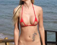 Nudista tatuada en micro bikini exhibiéndose en publico (5)