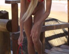 Nudista tatuada en micro bikini exhibiéndose en publico (9)