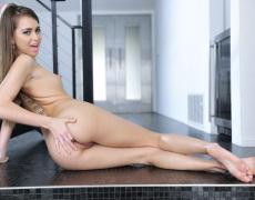 Riley Reid mostrando el culo en lencería rosa (13)