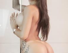 La argentina tatuada Belen Lavallen mojada y desnuda (8)
