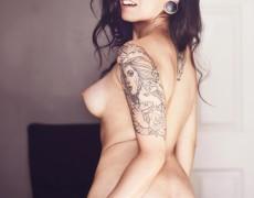 Vikat mexicana con tatuajes desnuda (25)
