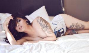 Vikat mexicana con tatuajes desnuda
