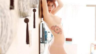 Tierna pelirroja tatuada desnuda