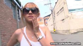 La colombiana Juana paga hospedaje mamando