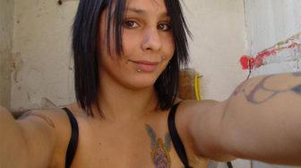 Hermosa chica con tatuajes desnuda