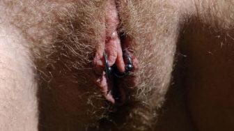 Rubia peluda desnuda en el bosque