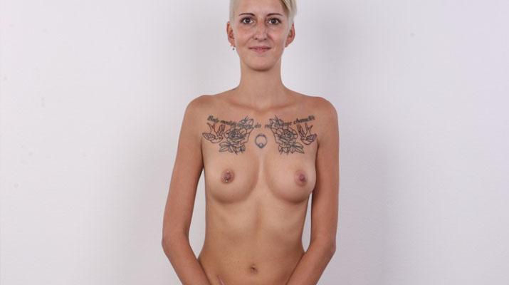 Checa tatuada posando para un casting