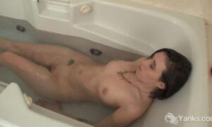 Jovencita tatuada masturbándose en la tina