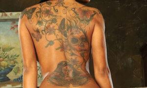 Kyra Black y su espalda tatuada