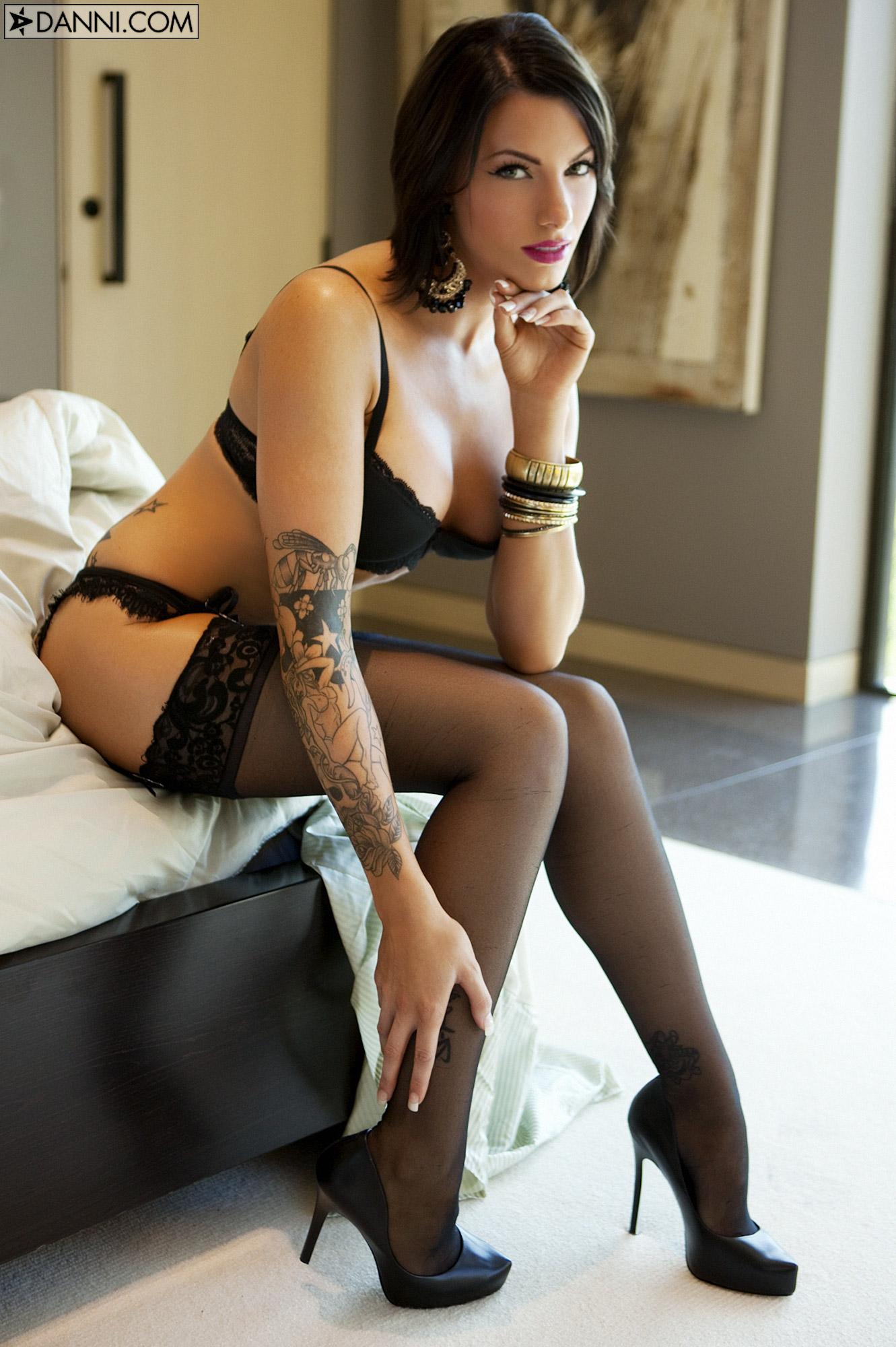 Actriz Porno Megra la elegante juelz ventura en lencería negra   tatuadasporno