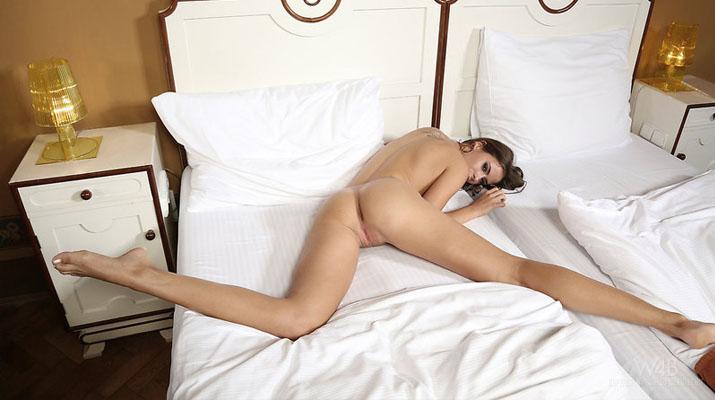 La modelo Rikku abriendo las piernas