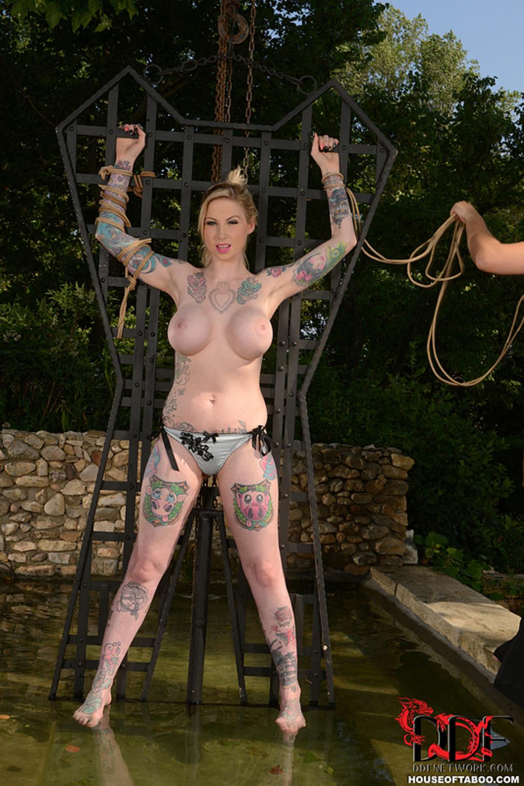 Atadas Desnudas súper tetona tatuada atada | tatuadasporno