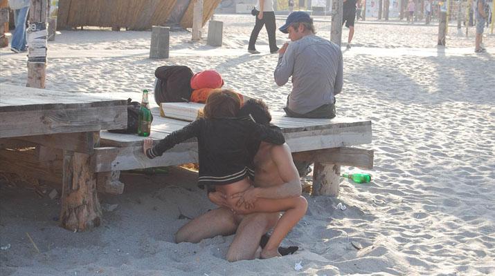 Tatuada amateur cogiendo en la playa