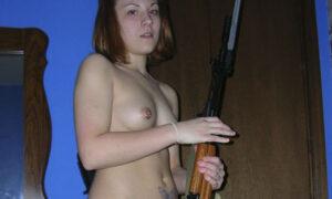 Tatuada armada y desnuda