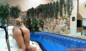 La brasilera tatuada Anny Lee tocándose en la piscina