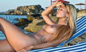 La tatuada Ashley Bulgari tomando el sol desnuda