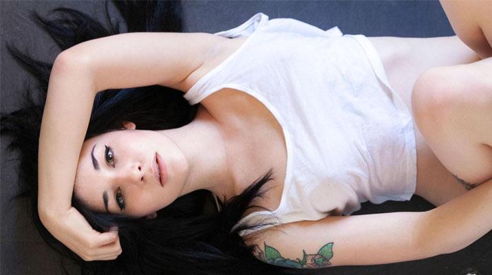Quince espanola con tatuajes desnuda